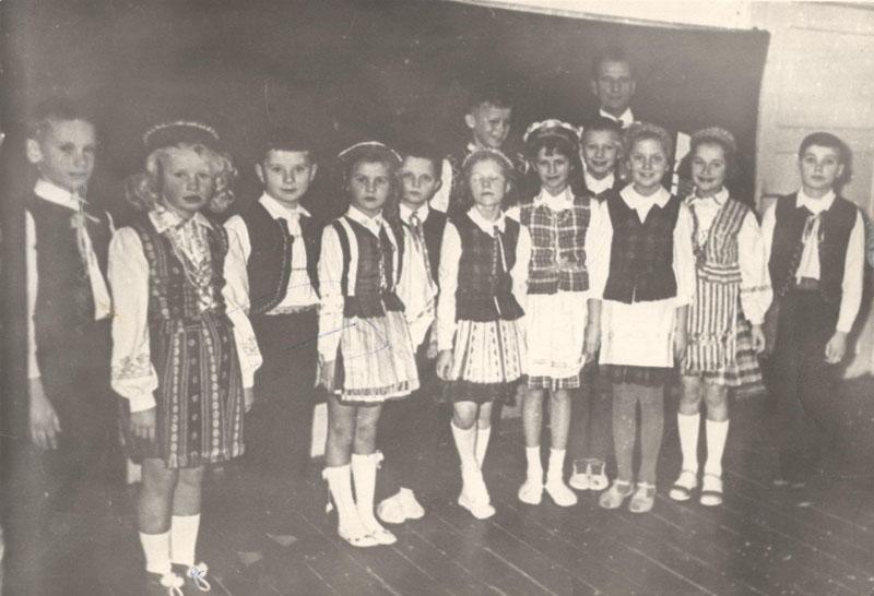 """Smiltynės pradinės mokyklos pedagogų """"muštrą"""" patyrė ir Aldonos su Antanu Donelų vyresnėlė Loreta. Šokti mokyklos ansambliuke buvo didelė garbė."""