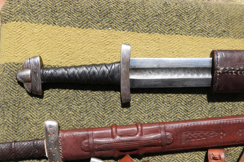 IŠSKIRTINIS. X-XI a. palaidoto turtingo kuršio kape rasto X-XI a. raštuoto (Damasko) plieno kalavijo rekonstrukcija. Ginklakalystės šedevras. Deniso NIKITENKOS nuotr.