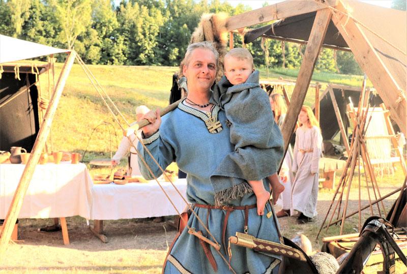 SU SŪNUMI. Net ir tokie pypliai dalyvauja susibūrimuose. Vikingų laikais gyvenusio Kretingos kuršių kario įkapių rekonstrukcija. Arvydo GURKŠNIO nuotr.