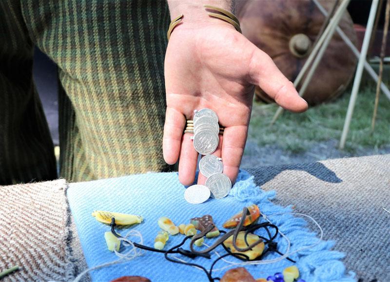 PINIGAI. Kuršiai ir skandinavų vikingai dažnai prekiaudavo. Atsiskaitoma buvo net arabiškomis sidabrinėmis monetomis dirhemais. Deniso NIKITENKOS nuotr.