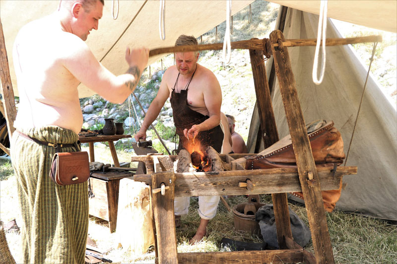KARŠTA. Kalvio žaizdras su senovinėmis dumplėmis. Šio amato žmonės buvo itin gerbiami. Deniso NIKITENKOS nuotr.